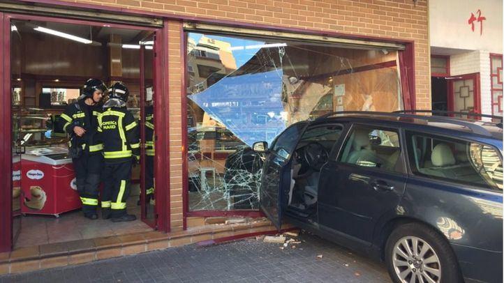 Un hombre de 70 años estrella su coche contra una pastelería