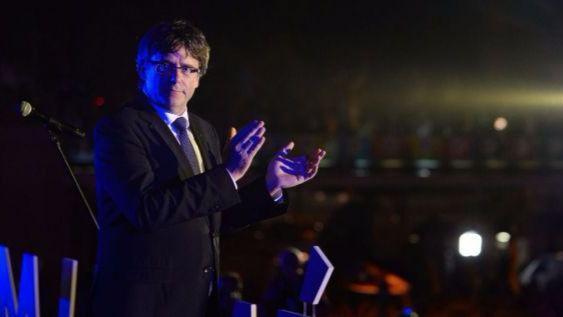 Puigdemont reta al Gobierno tomando un vuelo hacia Dinamarca: se intentará su detención