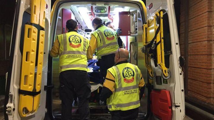 Los servicios de emergencias atienen al joven herido en Carabanchel.