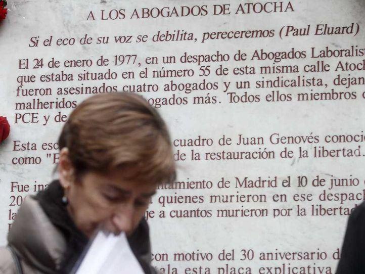 Monumento con las coronas del homenaje del 37 aniversario del asesinato de los cinco abogados de Atocha de CCOO