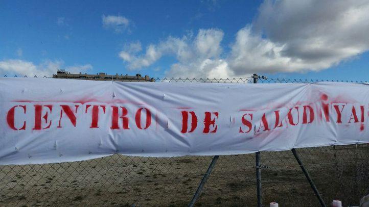 Pancarta que han colocado los vecinos durante la manifestación.