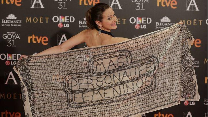 La actriz Cuca Ecribano posa en el photocall de los Goya 2017 con un mensaje feminista en su chal.