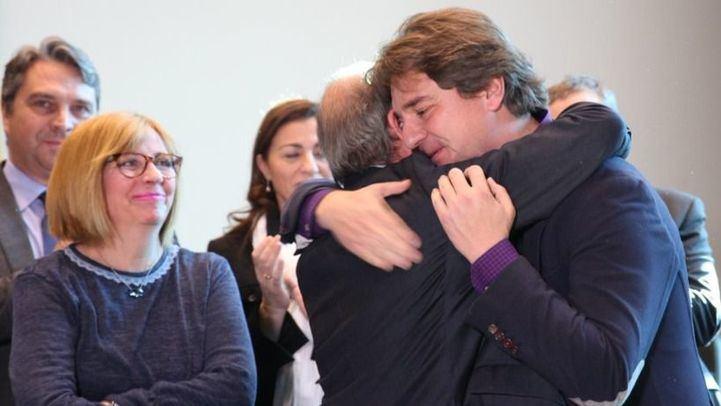 Manuel Robles se funde en un abrazo con Javier Ayala, su sucesor como alcalde de Fuenlabrada.
