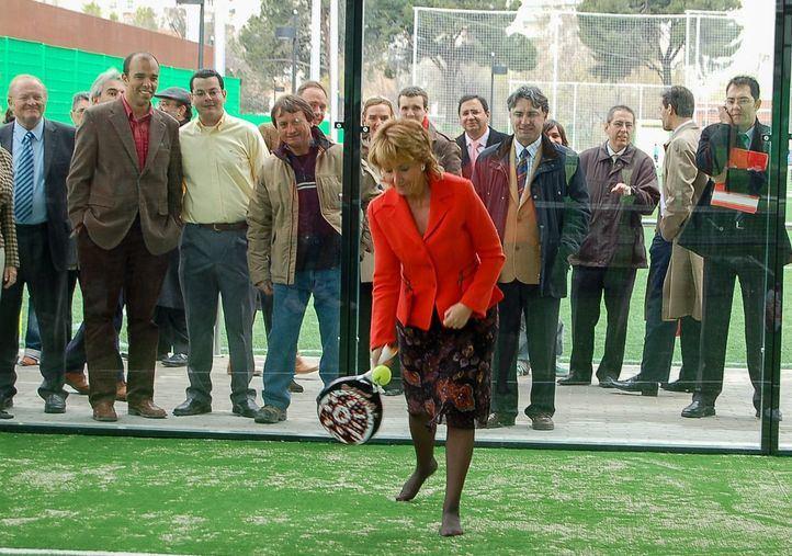 Esperanza Aguirre jugando al pádel en las instalaciones deportivas de Canal.
