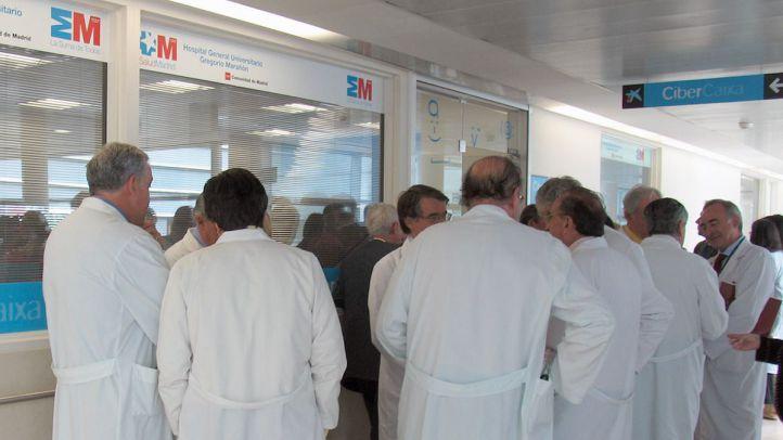 varios médicos charlan en un pasillo del hospital