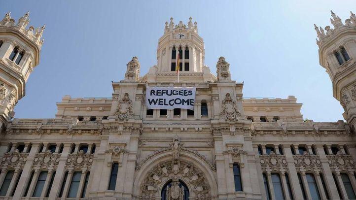 Pancarta de bienvenida a los refugiados en el Ayuntamiento de Madrid.