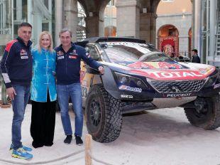 Los pilotos Carlos Sainz y Lucas Cruz con la presidenta de la Comunidad, Cristina Cifuentes.
