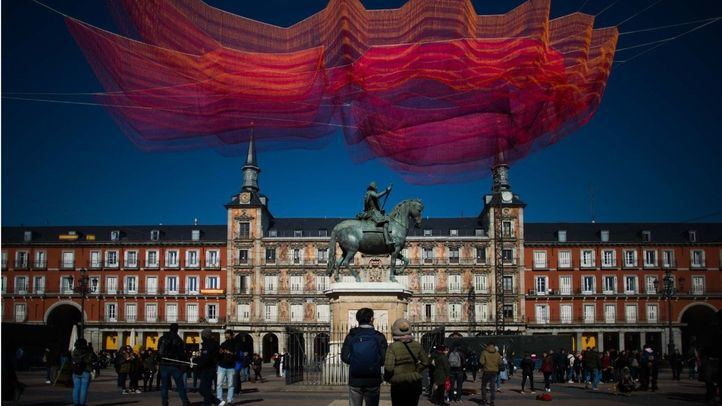 Obra del artista estadounidense Janet Echelman en la Plaza Mayor, titulada Madrid 1.8 como parte de la celebración del cuarto centenario de la Plaza Mayor.