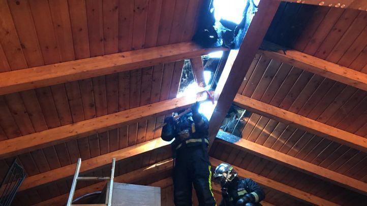 Bomberos de la Comunidad de Madrid trabajando en el incendio de un chalet en Nuevo Baztan