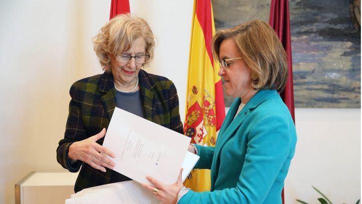 Foto de archivo de Manuela Carmena, alcaldesa de Madrid, junto con Purificación Causapié, portavoz del PSOE en el Ayuntamiento de Madrid