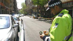 Foto de archivo de un agente poniendo una multa
