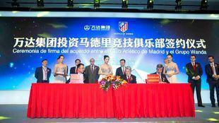 Enrique Cerezo, en la sede central de Wanda en China durante la firma del acuerdo empresarial.