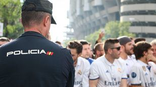 Imagen de archivo de un agente de Policía antes del comienzo de un partido del Real Madrid.