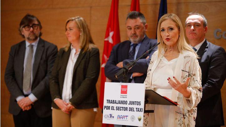 Cristina Cifuentes, presidenta de la Comunidad de Madrid, atiende a los medios tras la reunión con los representantes de los taxistas.