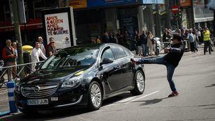 Un hombre agrede a un coche VTC durante una manifestación de taxistas.