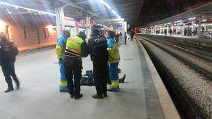 La Policía atiende al hombre caído en las vías.