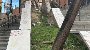 Los vecinos denuncian el 'miedo' que les provoca el 'abandono total' de la calle.