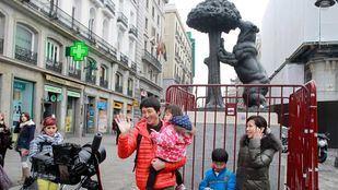 Una familia de turistas orientales en la Puerta del Sol.
