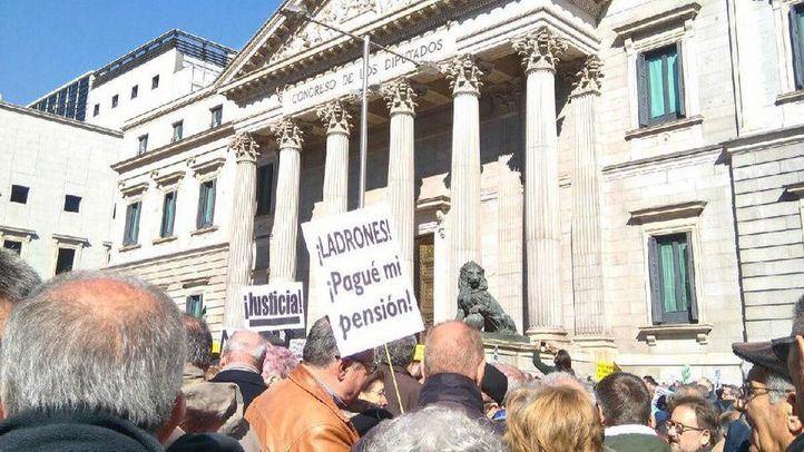 Manifestación frente al Congreso por unas prensiones dignas.