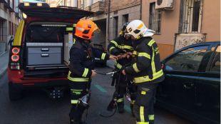 Los Bomberos sofocan un incendio en Tetuán.