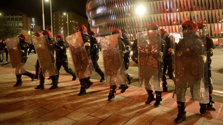 Muere un ertzaina por los enfrentamientos entre ultras del Athletic y del Spartak