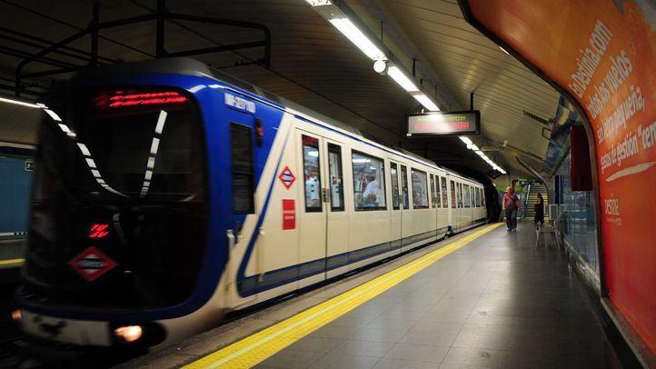 Andén vacío de la estación de Oporto de la línea 5.