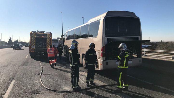 El autobús del Colegio Gredos San Diego de El Escorial que ha ardido