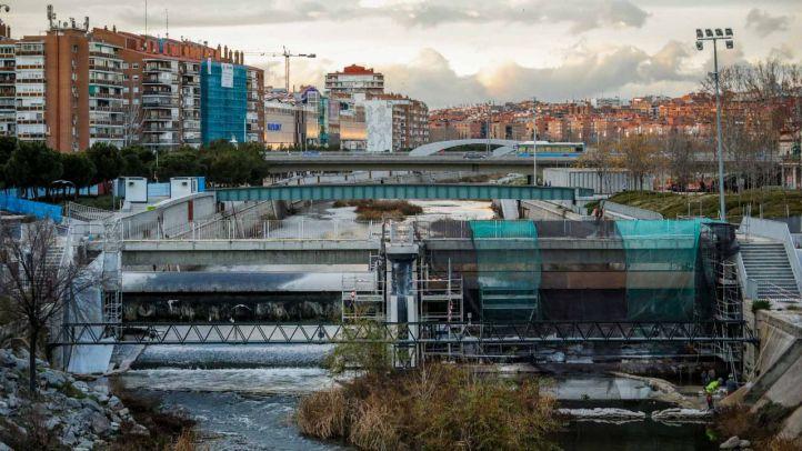 Obras de reparación y adecuación de la presa y la pasarela número 9 del parque Madrid Río junto al mercado de frutas y verduras de Legazpi.