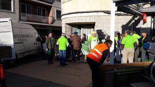 Vecinos del Soto del Real preparando la manifestación de este domingo