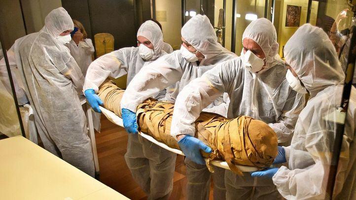 El MAN analiza cuatro momias en un escáner del Hospital Quirónsalud de Madrid