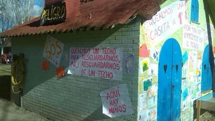 Pancartas pidiendo la retirada del amianto en la escuela infantil Jeromín