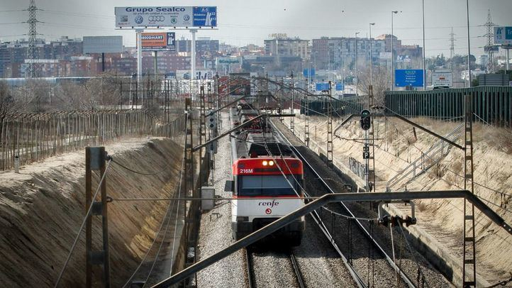 Tren de Cercanías procedente de la estación de San José de Valderas en Alcorcón.