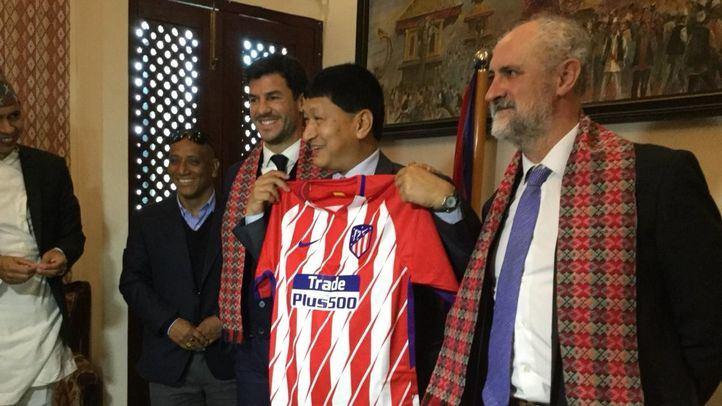 Fernando López Expansión Internacional Academia de la Fundación Atlético de Madrid junto al alcalde de Kathmandú.