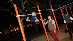 Varios jóvenes practican Street Workout en el parque de El Calero en el distrito de Ciudad Lineal.