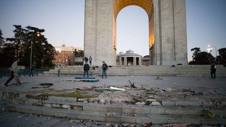 Suciedad, desperfectos y abandono en la plaza de la Victoria y el Arco de Moncloa.