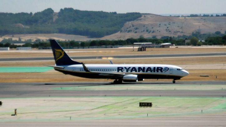 Avión de Ryanair en pista.