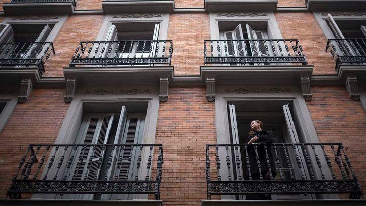 Carmen Cordón, copropietaria del Gran Hotel Inglés, asomada a una de las ventanas del inmueble.