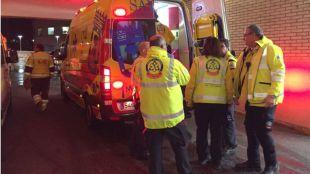 Los servicios de emergencias atienden al herido.