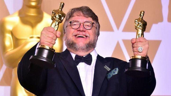 Guillermo del Toro, con sus dos estatuillas