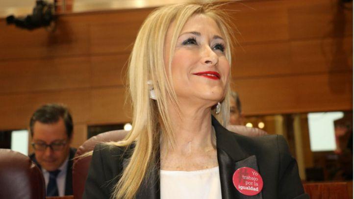 Cifuentes se pone la chapa de mujer trabajadora, el PSOE para y Podemos, sin diputadas