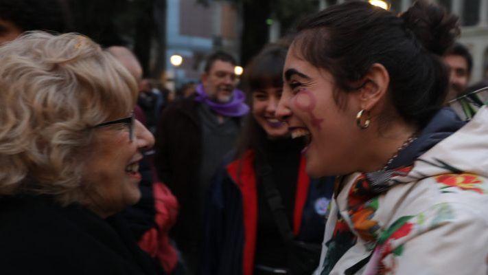 Manuela Carmena, con una de las manifestantes