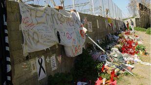 Junto a las vías de la calle Téllez, donde estalló uno de los trenes del 11-M, recuerdo a las víctimas.