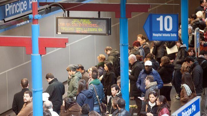 Aglomeración de viajeros en una estación de Metro de Madrid en una imagen de archivo de una jornada de paros.