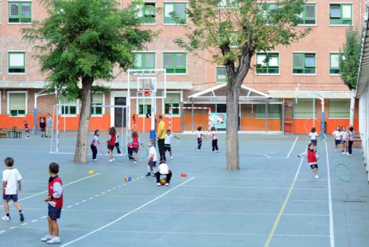 Niños jugando en el patio de un colegio.