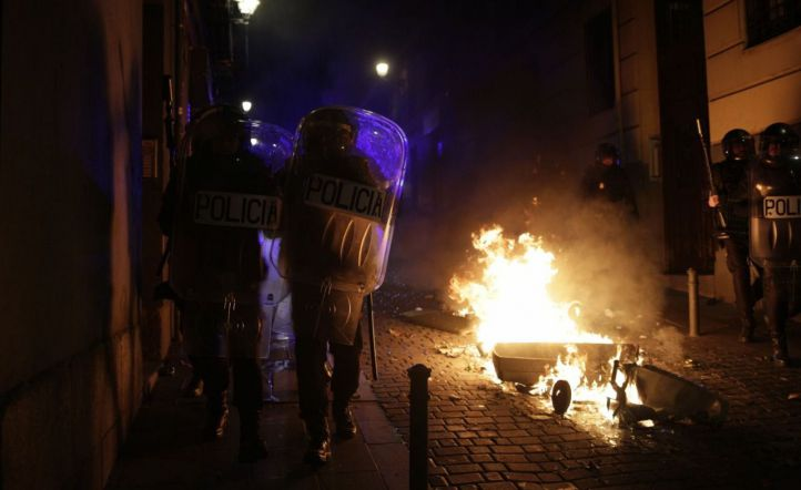 La muerte de un mantero tensa Lavapiés: contenedores ardiendo y cargas