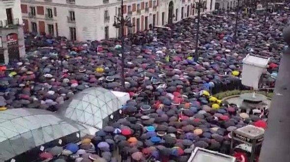 La lluvia no detiene a los jubilados: miles de personas claman por unas
