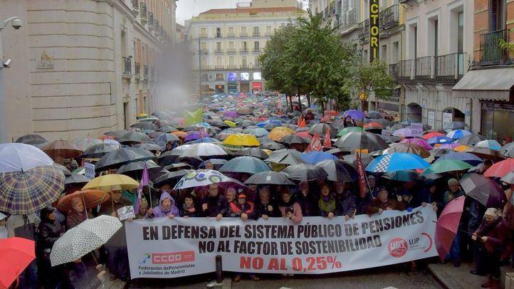 La lluvia no detiene a los pensionistas: la Puerta del Sol inundada por 'unas pensiones dignas'