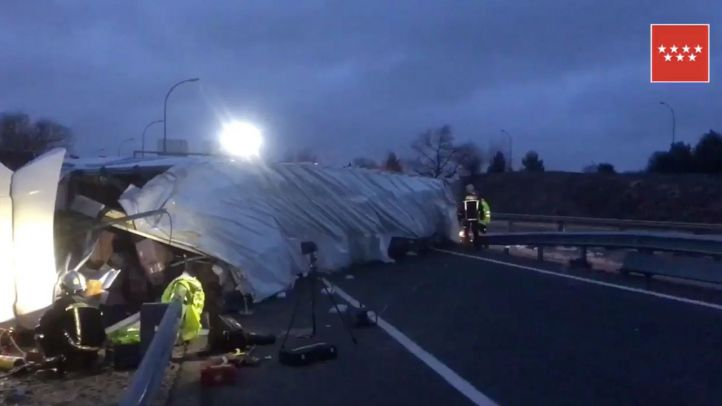 Muere un conductor tras volcar con su camión