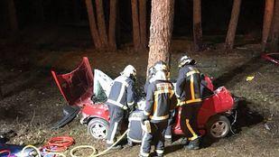 El vehículo impactó contra un pino a unos cinco metros de la  M-604.