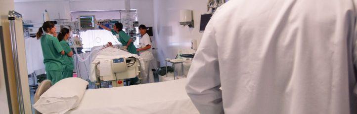 Imagen de archivo de médicos y sanitarios.